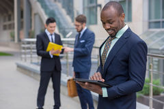 L'homme de couleur d'affaires avec l'ordinateur portable Image stock
