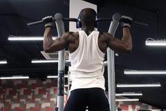 L'homme de couleur faisant la traction d'exercices se lève Image libre de droits