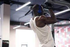 L'homme de couleur faisant la traction d'exercices se lève Photos stock