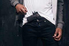 L'homme de couleur méconnaissable menace par une arme à feu images libres de droits