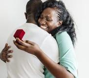 L'homme de couleur propose à son amie photo stock