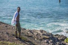 L'homme de couleur regarde l'océan photo stock