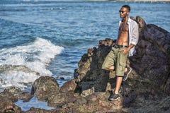L'homme de couleur regarde l'océan photos stock