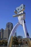 L'homme de déplacement fait partie des trois séries de sculpture en acier à la station de DARD de rue d'orme à Dallas Photo stock