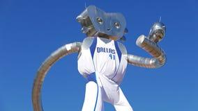 L'homme de déplacement fait partie des trois séries de sculpture en acier à la station de DARD de rue d'orme à Dallas Images stock