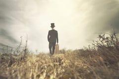 L'homme de déplacement marche solitaire en nature sauvage photo stock