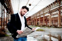 L'homme de directeur lit le journal, fond urbain Images libres de droits
