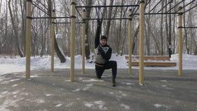 L'homme de forme physique faisant la séance d'entraînement s'exerce avec l'extenseur sur l'au sol de sports photographie stock