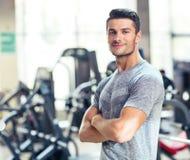 L'homme de forme physique se tenant avec des bras s'est plié à la GY Photo stock