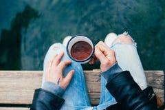 L'homme de hippie boit du café sur des vacances en camping Photographie stock