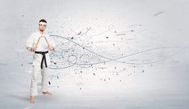 L'homme de karaté faisant le karaté dupe avec le concept chaotique photos stock