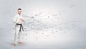 L'homme de karaté faisant le karaté dupe avec le concept chaotique photo stock