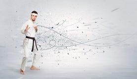 L'homme de karaté faisant le karaté dupe avec le concept chaotique images libres de droits