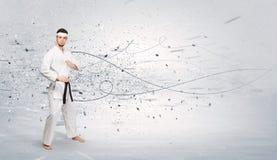 L'homme de karaté faisant le karaté dupe avec le concept chaotique image stock