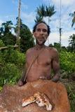 L'homme de Korowai Kombai (Kolufo) avec la saga worms Photographie stock