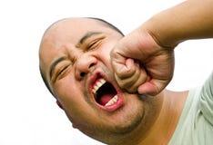 L'homme de la tête I chauve est faisant rage et battant vers le haut lui-même Photo libre de droits