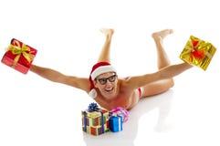 L'homme de Noël rit et retient des cadeaux photographie stock libre de droits
