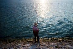 L'homme de pêche images stock