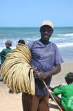 L'homme de pêcheur de Gambiaan apporte le crochet du jour Images stock