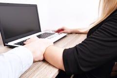 L'homme de patron montre le comportement inadéquat vers la jeune femme au bureau de lieu de travail Les grippages masculins viole image stock