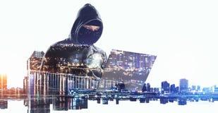 L'homme de pirate informatique volent l'information photo libre de droits