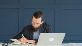 L'homme de planification de pédanterie écrivent à carnet le travail diligent banque de vidéos