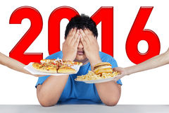 L'homme de poids excessif avec les numéros 2016 refuse la nourriture industrielle Photos stock