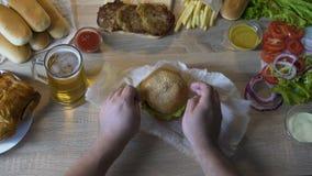 L'homme de poids excessif s'est entouré avec la nourriture grasse et néfaste, culte de la consommation clips vidéos