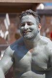 L'homme de portrait prennent un bain de boue Les bains de boue sont grands pour la peau Dalyan, Turquie Image libre de droits