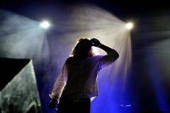 L'homme de premier plan de l'Orwells (bande) boit une boîte de bière pendant son concert au festival de Bime Image stock