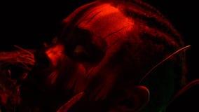 L'homme de regard mauvais recherche tout en contractant sa tête et tenant un potiron découpé, fin  banque de vidéos