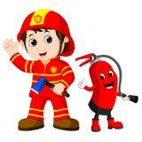 L'homme de sapeur-pompier de délivrance tient la hache de fer et l'extincteur illustration libre de droits
