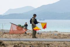 L'homme de signal de marine des USA porte des drapeaux de signal pour donnent un signal au LAN Photos libres de droits