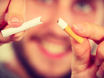 L'homme de Smilling casse une cigarette Photos stock