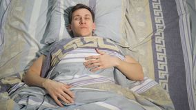 L'homme de sommeil se réveille dans le lit clips vidéos