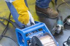 L'homme de soudeuse ajustent la machine de soudure mobile Photo libre de droits