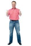 L'homme de sourire avec des pouces lèvent le signe Images libres de droits