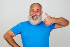 L'homme de sourire avec la barbe blanche montrant des pouces lèvent le geste contre W Images libres de droits