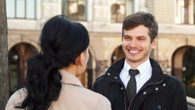 L'homme de sourire a une conversation gentille avec une femme banque de vidéos