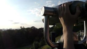 L'homme de style bohème utilise un regard sur une plate-forme d'observation au-dessus du Dnipro clips vidéos