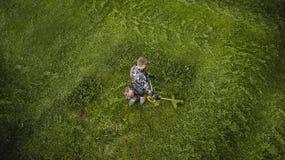L'homme de tondeuse ? gazon fauche la pelouse la vue ? partir du dessus photographie stock libre de droits