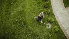 L'homme de tondeuse ? gazon fauche la pelouse la vue ? partir du dessus photos libres de droits