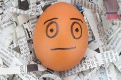 l'homme de visage d'oeufs sur des journaux réutilisent images stock