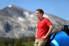 L'homme de voiture et de conducteur en belle montagne aménagent en parc Photo libre de droits