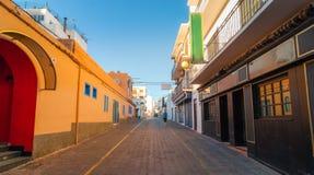 L'homme descend la route dans les rues de St Antoni de Portmany, Ibiza, Îles Baléares, Espagne Images stock