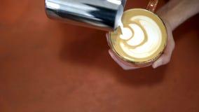 L'homme dessine sur le coffe Art Le barman professionnel dessine le coeur avec de la cr?me sur le coffe Art de caf? du dessin ave banque de vidéos