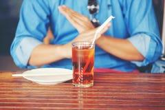 L'homme disent juste non pour le thé glacé photo stock