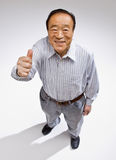 L'homme donnant des pouces lèvent le geste images stock