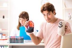 L'homme donnant son sang comme donateur photo stock