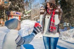 L'homme donne à sa fille un présent pour le jour du ` s de Valentine Image libre de droits